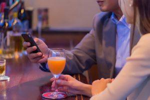 Barで会話を楽しむ男女