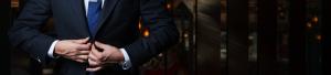 スーツのボタンを止める男性