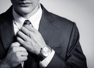 ネクタイを締めるダンディーな男性