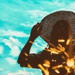 花火と麦わら帽子の女性