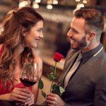 バラの花一輪を女性へ贈る男性