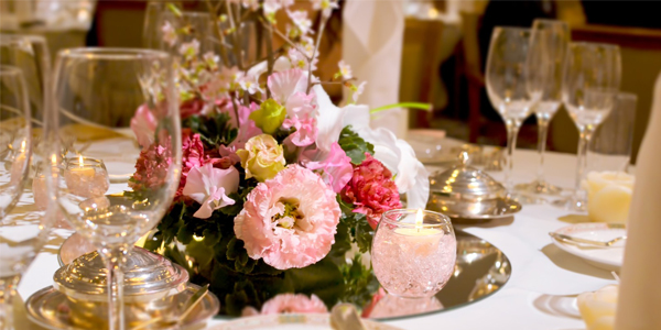 豪華なテーブルに豪華な花束
