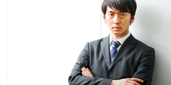 スーツで見つめる男性