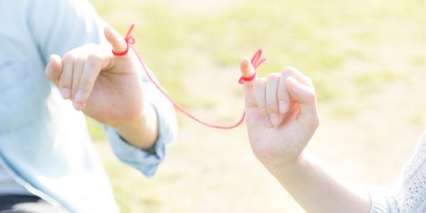 赤い紐で結ばれた男女