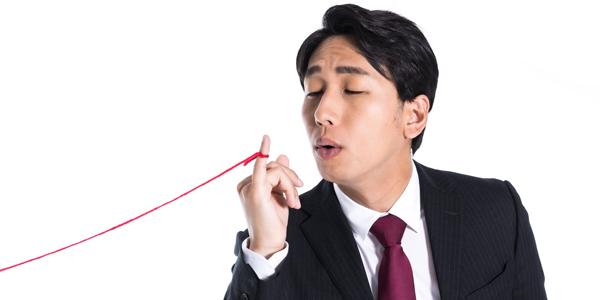 小指の赤い糸に悩まされる男性
