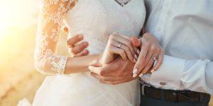 男性が女性の腰に手をまわし手をつなぐ