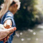 川で女性が男性を取りリード