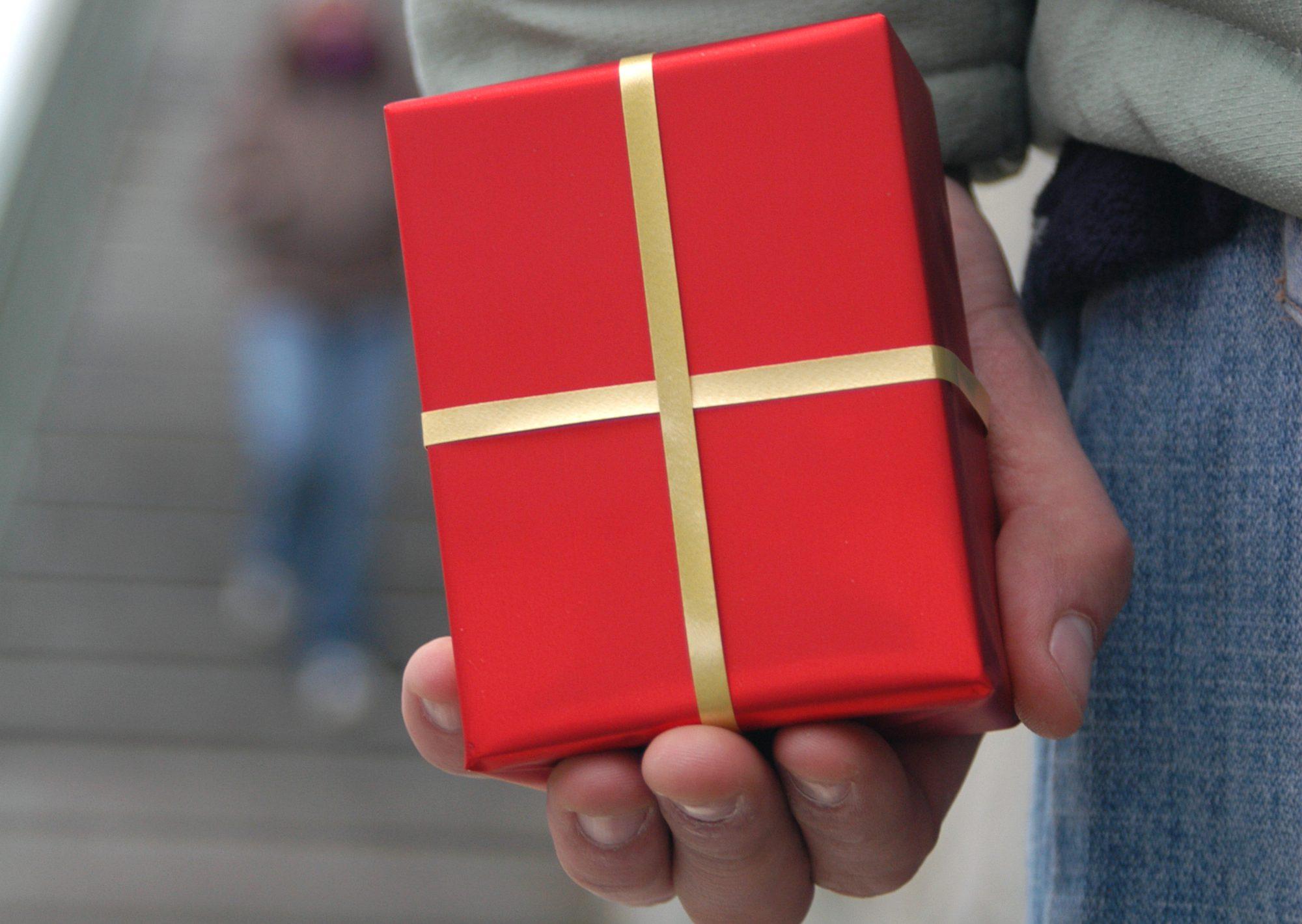プレゼントを左手で隠すパパ活男性