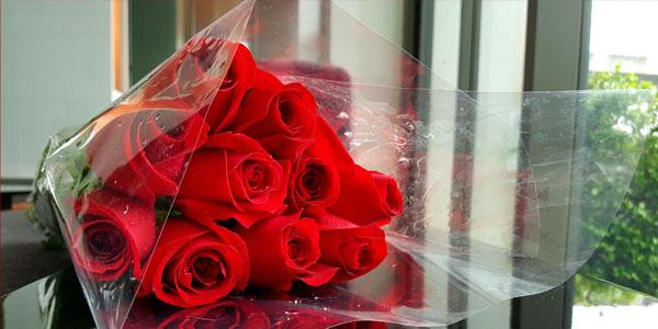 テーブルに置かれた赤いバラの花束