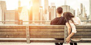 ベンチで寄り添う恋人
