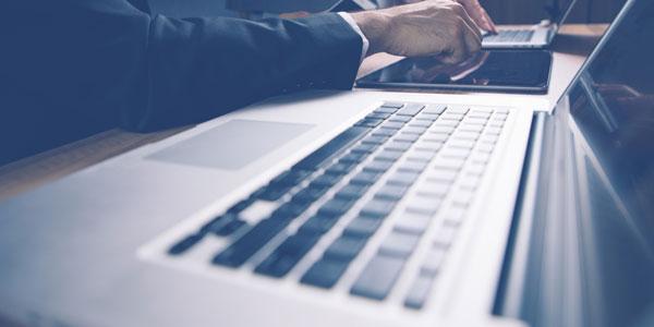 ノートパソコンとタブレットと男性
