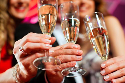 女性たちがワイングラスで乾杯