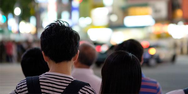 夜の交差点で信号待ちしている男女