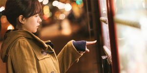 自販機で購入する女性