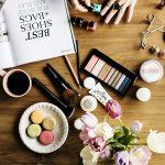 机に散らばる化粧道具