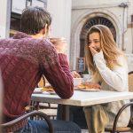 外テーブルで食事する男女