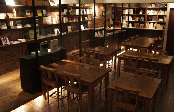 パパ活アプリ顔合わせで使えるRainy-Day-Bookstore-&-Cafe2