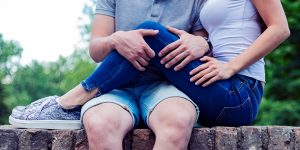 パパ活アプリで出会った女性の膝を抱